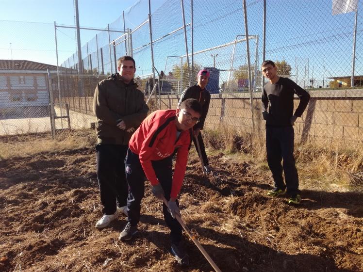 Los alumnos preparando la tierra